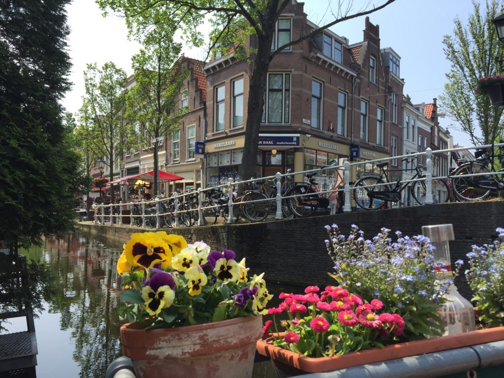 Enjoying the view at the 4 V's, the crossroad where Vrouwjuttenland, Vlamingstraat, Voldersgracht and Vrouwenregt come together. (Photo by Oriana van der Sande)